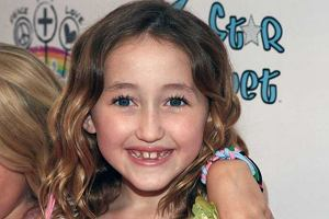 Noah Cyrus pojawiła się na imprezie Rainbow and Lollipops Celebrity Launch.