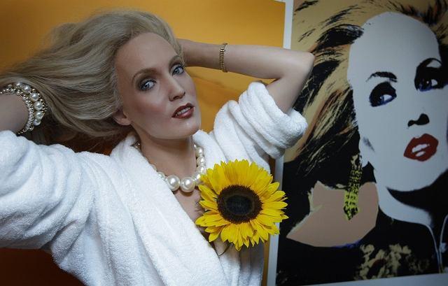 Czy to możliwe, żeby kobieta w wieku 53 lat tak idealnie wyglądała? Tak, pod warunkiem, że zafunduje sobie własną figurę woskową. Już niedługo fani urody Jerry Hall będą mogli spojrzeć jej (figurze) głęboko w oczy w londyńskim Madame Tussauds.