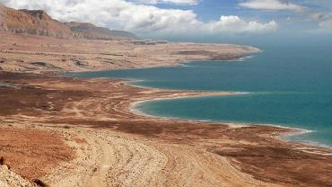 Azja Morze Martwe. Biblijne Morze Martwe to w rzeczywistości słone jezioro bezodpływowe. To również najniżej położone miejsce na Ziemi. Morze Martwe leży w granicach Izraela i Jordanii. Rejon ten słynie ze znakomitych kuracji biologicznych.