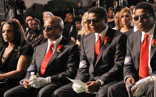 Janet Jackson z braćmi w pierwszym rzędzie podczas pogrzebu Michaela.
