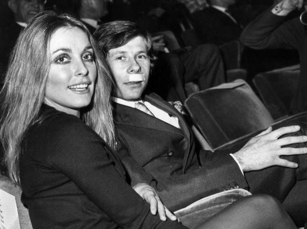 Sharon Tate et Roman Polanski a la premiere du film Le bal des vampires au cinema Marbeuf a Paris le 31 janvier 1968. Polanski a un sparadrad sur la levre car il s'est battu quelques jours auparavant alors que des voyous importunaient Sharon Tate a cause de sa minijupe   --- Sharon Tate and Roman Polanski at premiere of film The Fearless Vampire Killers in Paris january 31, 1968. Polanski has a plaster on his lip because he fought few days ago because his wife was disturbed by lout because of her miniskirt