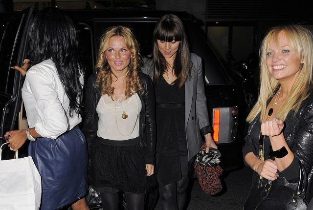 Dziewczyny ze Spice Girl postanowiły spotkać się na kolacji. Niedawno wiele mówiło się o tym, że nie do końca za sobą przepadają, więc taka kolacja nie musiała być dla nich czystą przyjemnością. Czyżby szykowała się kolejna reaktywacja? Jedno jest pewne - wyglądały bardzo dobrze. Szczególnie podoba nam się radosna Emma.