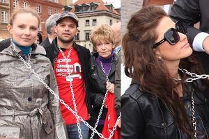 Kilku celebrytów wsparło akcję Zerwijmy łańcuchy. W ramach protestu przeciwko trzymaniu psów na uwięzi dokładnie wczoraj na Placu Zamkowym w Warszawie pozwolili się przykuć łańcuchami do psich bud. Akcję już po raz trzeci zorganizował miesięcznik Mój Pies. Kto ją wsparł?