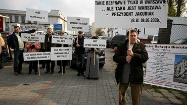Pikieta zorganizowana w 2009 r. przez rodzinę Derdów przed bramą na teren MPT