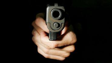 Pistolet w rękach strzelca