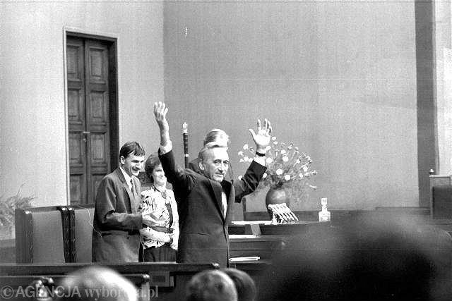 W 1989 roku został jedenastym premierem powojennej Polski, pierwszym spoza lewicy. Stworzył rząd koalicyjny z udziałem