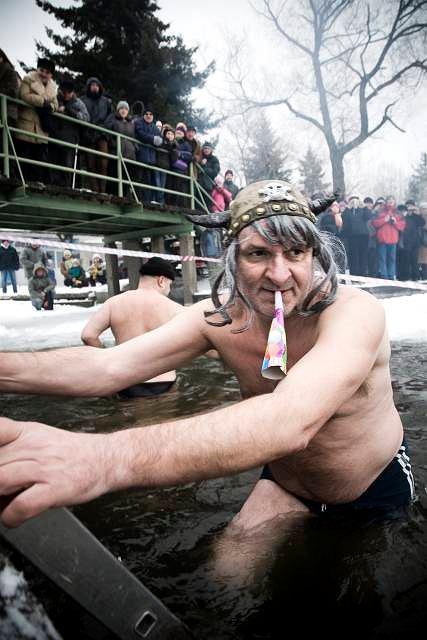 Amator zimnych kąpieli w rzece Netcie