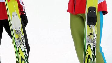 Vancouver 2010. Wiązania Adama Małysza i Simona Ammanna. Bolec w narcie Szwajcara (z prawej strony) jest lekko wygięty