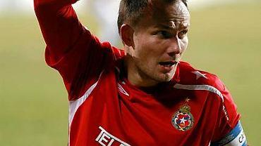 GKS - Wisła 1:0. Arkadiusz Głowacki sygnalizuje faul