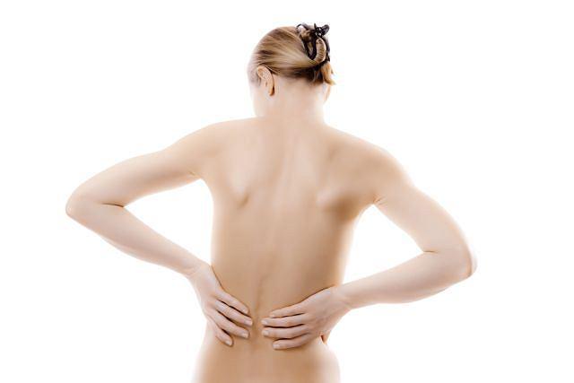 Siedzący styl życia, kontuzje i przeciążenia mogą być powodem bólów kręgosłupa.