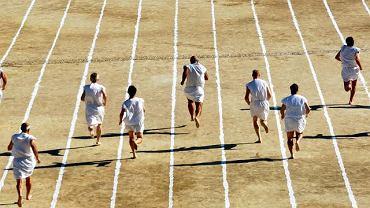 Bosonodzy biegacze podczas zawodów na starożytnym stadionie Nemei w Grecji