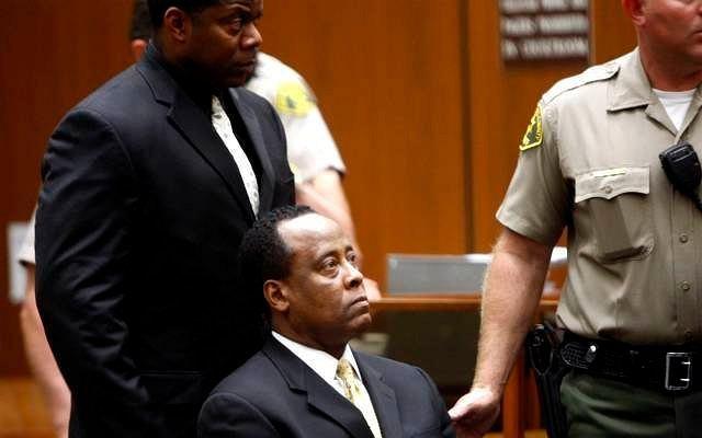 Lekarz Michaela Jacksona Conrad Murray jest oskarżony o nieumyślne spowodowanie śmierci muzyka. Przed sądem toczy się rozprawa. Doktor nie przyznaje się do winy.