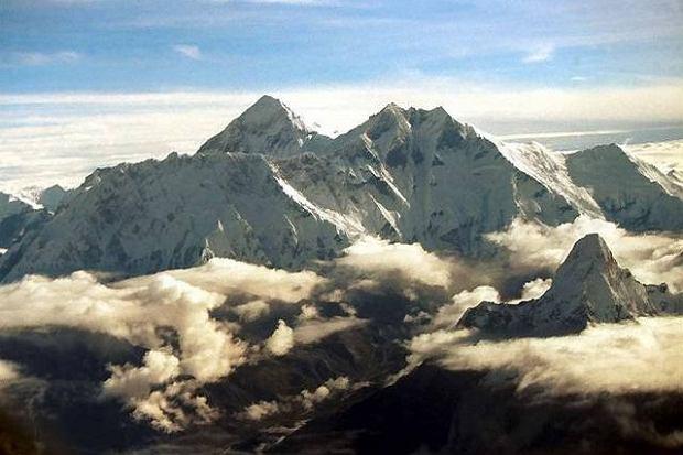 """Mount Everest """"zamknięty"""". Nepal anulował wszystkie pozwolenia na wyprawy do 30 kwietnia"""