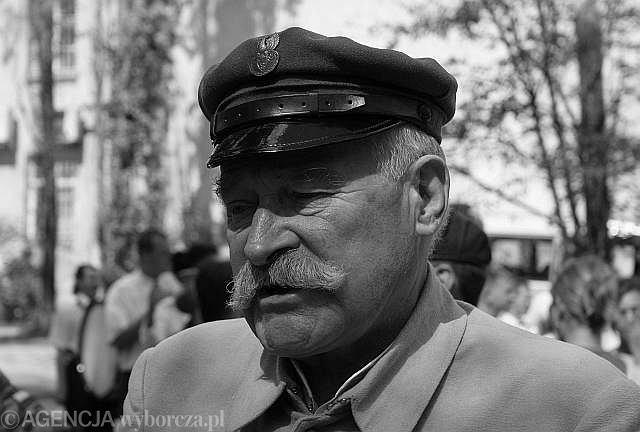 Janusz Zakrzeński (1936 - 2010) był znanym aktorem teatralnym i filmowym. Najbardziej znany z roli marszałka Józefa Piłsudskiego - m.in. w filmie ''Polonia Restituta''. Był członkiem rady programowej Związku Piłsudczyków