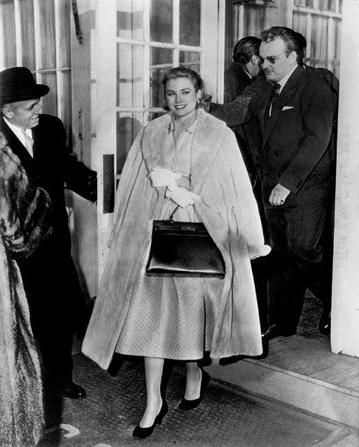 Grace Kelly i książę Rainier III. Aktorka trzyma w ręku słynną torebkę Hermesa. 1956r.