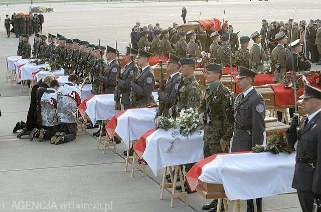 Do Warszawy przyleciały trumny z 21 ciałami ofiar katastrofy lotniczej