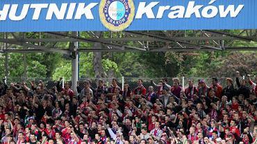 Kibice Wisły podczas meczu swojej drużyny na stadionie Hutnika Kraków