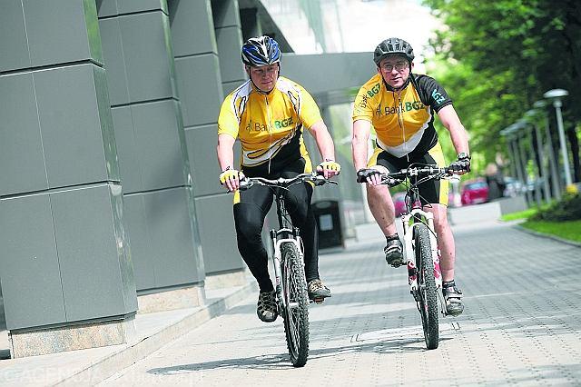 Krzysztof Łojek (z lewej) i Krzysztof Kirilenko niemal codziennie dojeżdżają do centrali BGŻ-u na rowerach. Ten pierwszy z Ursusa, a drugi aż z Marek