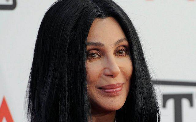 Cher choć nie wygląda ma 64 lata.