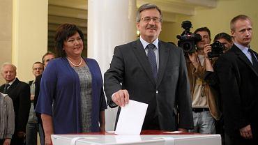 Bronisław Komorowski z żoną Anna głosowali w obwodowej komisji wyborczej nr. 57