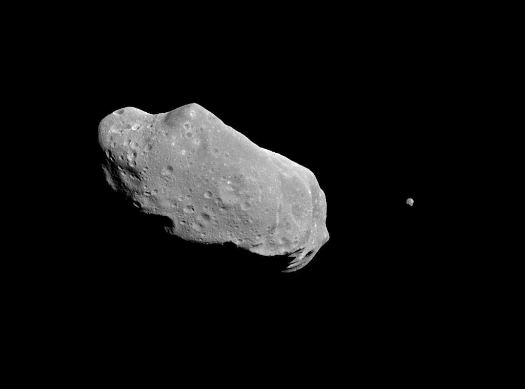 Asteroid 243 Ida oraz jego satelita. Nie jest to asteroid mogący uderyć w Ziemię.