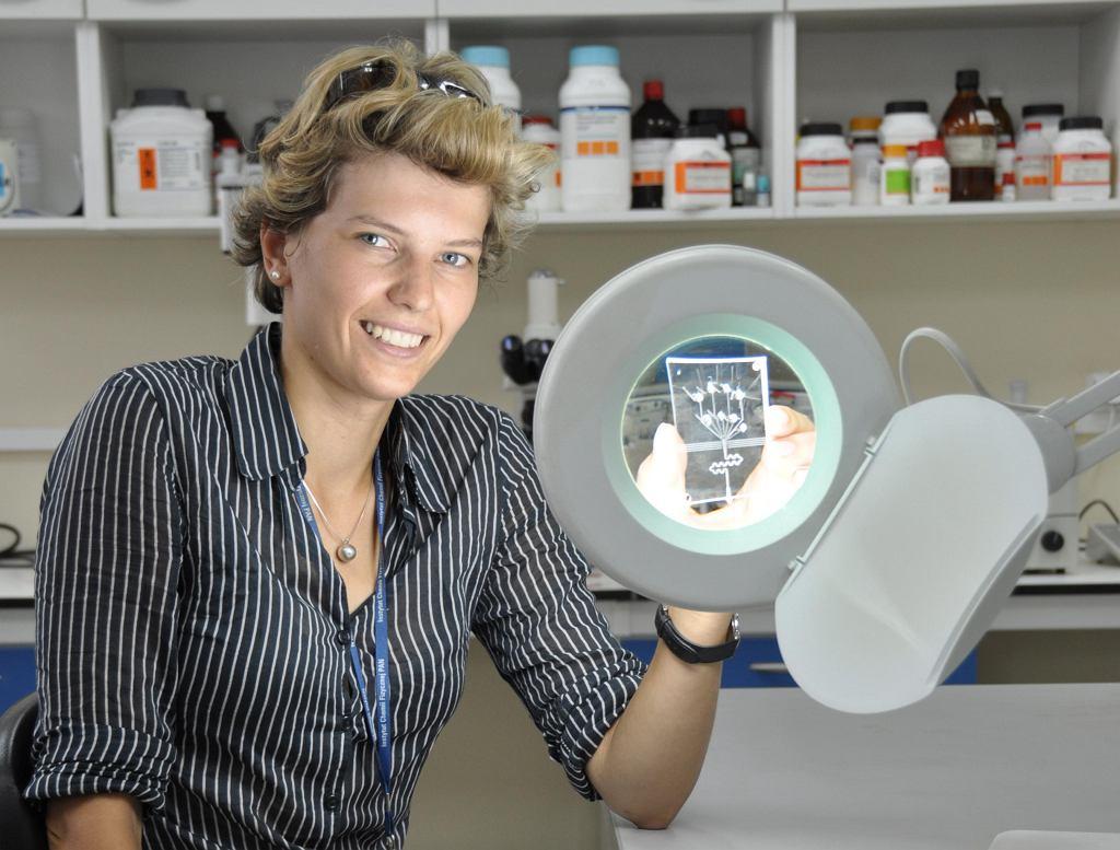 Monika Pyzalska przezentuje układ mikroprzepływowy