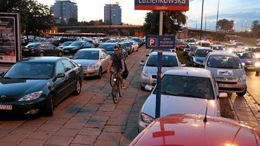 Kibice parkują samochody nawet na trawnikach w pobliżu stadionu Legii. Po imprezie na okolicznych ulicach powstały korki