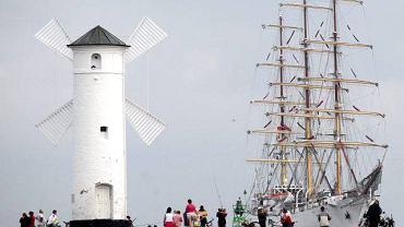Świnoujście, do portu zawinął żaglowiec Dar Młodzieży. Statek będzie można zwiedzać w ramach imprez rozpoczynającego się dziś XXVI Festiwalu Piosenki Morskiej ''Wiatrak 2010''