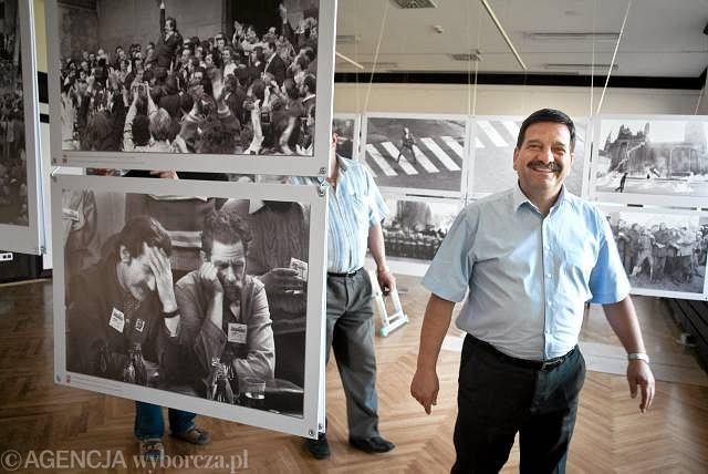 Gdańsk. Przewodniczący ''Solidarności'' Janusz Śniadek w wyremontowanej sali BHP Stoczni Gdańskiej podczas przygotowań do wystawy ''Jest jedna Solidarność'', która zostanie otwarta z okazji 30. rocznicy podpisania tak zwanych porozumień sierpniowych