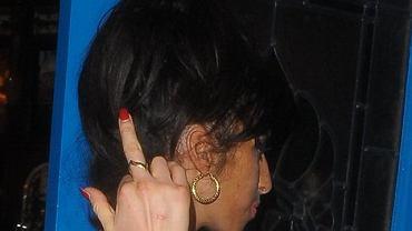 Amy Winehouse. Gwiazdy używają środkowego palca by zszokować, rozbudzić zainteresowanie wokół siebie lub... z desperacji, śledzeni wciąż przez paparazzich