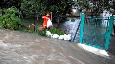 Rybarzowice w województwie śląskim. W związku z silnymi opadami deszczu wezbrał strumień Bruska. Doszło do podtopień. Ochotnicza straż pożarna zabezpieczyła domy workami z piaskiem