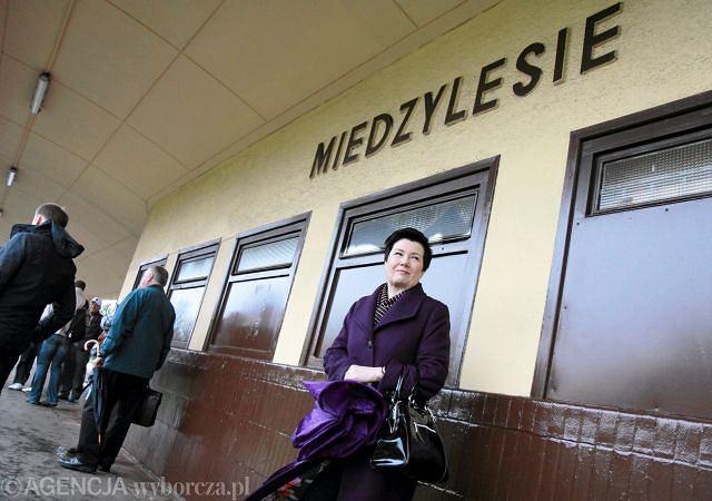 Międzylesie - prezydent Warszawy Hanna Gronkiewicz-Waltz czeka na pociąg SKM
