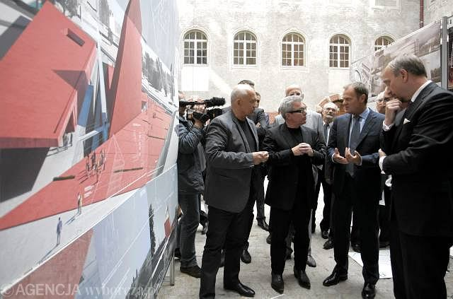 1 września 2010, premier Donald Tusk, minister kultury Bogdan Zdrojewski i słynny architekt Daniel Libeskind podczas ogłoszenia wyników konkursu na projekt budynku Muzeum II Wojny Światowej