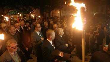 Uczestnicy mszy w katedrze przeszli z pochodniami pod Pałac Prezydencki