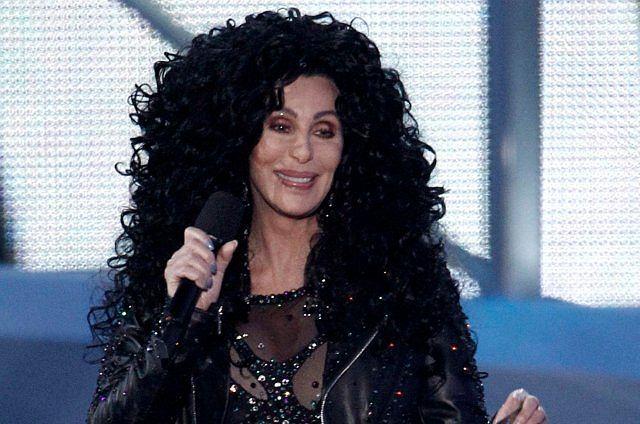Cher z wyglądem trzydziestolatki jest żywą reklamą chirurgii plastycznej. Dla tych, co mogą nie wiedzieć - ona ma 64 lata.