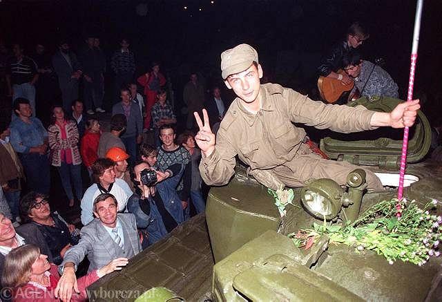 21 sierpnia przyniósł przesilenie - pucz Janajewa upadł. Kluczem do zwycięstwa Jelcyna było przeciągnięcie na stronę sił demokratycznych trzech ważnych jednostek wojskowych, które według planów puczystów miały zdobyć broniony przez ludność Moskwy budynek parlamentu.
