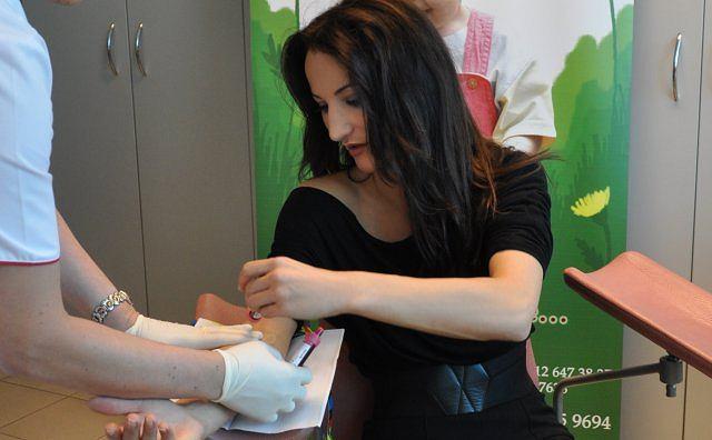 Justyna Steczkowska oddaje próbkę
