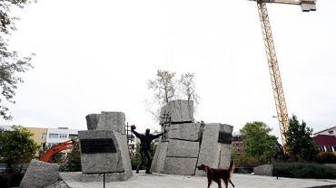 Na tyłach pomnika przy Namysłowskiej trwa budowa siedmiopiętrowych bloków