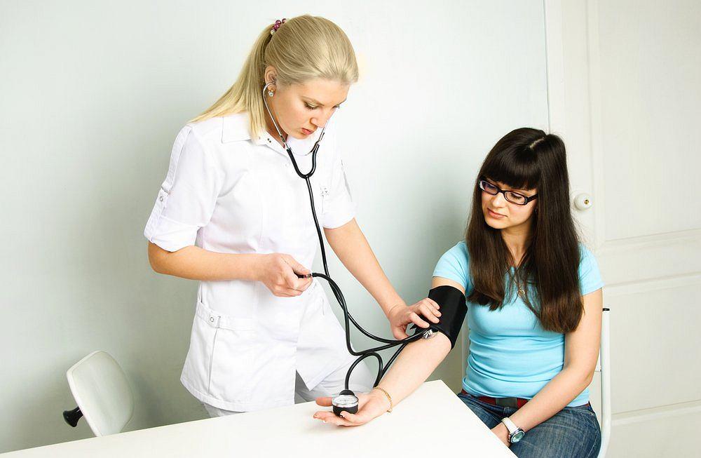 Pomiary ciśnienia w gabinecie lekarskim pomagają zwrócić uwagę na problem, jednak najbardziej wiarygodne pomiary to te wykonywane w domu