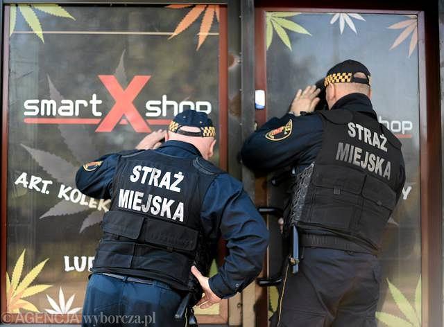 4 października, warszawska straż miejska podczas kontroli punktów sprzedaży dopalaczy