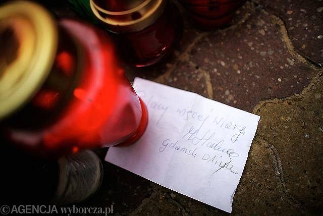 Pod zniczami pozostawiane są pełne współczucia kondolencje
