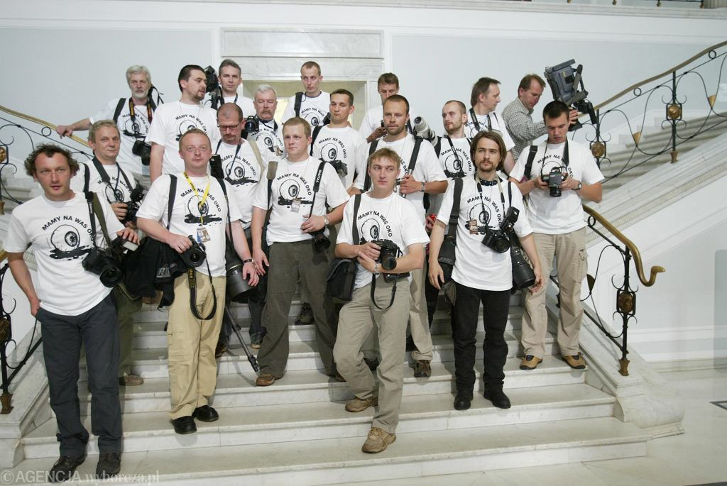 w roku 2004 fotoreporterzy sejmowi zorganizowali akcję poparcia dla Roberta ( w środku) - założyli koszulki z napisem