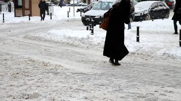 Zima w mieście. Na każdej ulicy trzeba bardzo uważać, żeby się nie przewrócić.