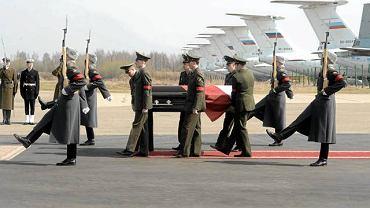 11 kwietnia 2010 r., lotnisko w Smoleńsku. Rosyjska kompania honorowa przenosi trumnę ze zwłokami Lecha Kaczyńskiego do samolotu, który przetransportuje ciało prezydenta do Warszawy
