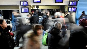 Monitory przy wejściu na peron trzeci nie pokazują części odjazdów