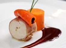Rolada z kurczaka podawana ze słodkimi patatami i sosem czekoladowym - ugotuj