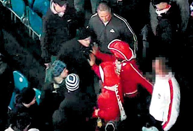 'Litar' atakuje rodzinę z dziećmi na meczu reprezentacji Polski w Poznaniu (zdjęcie z monitoringu)