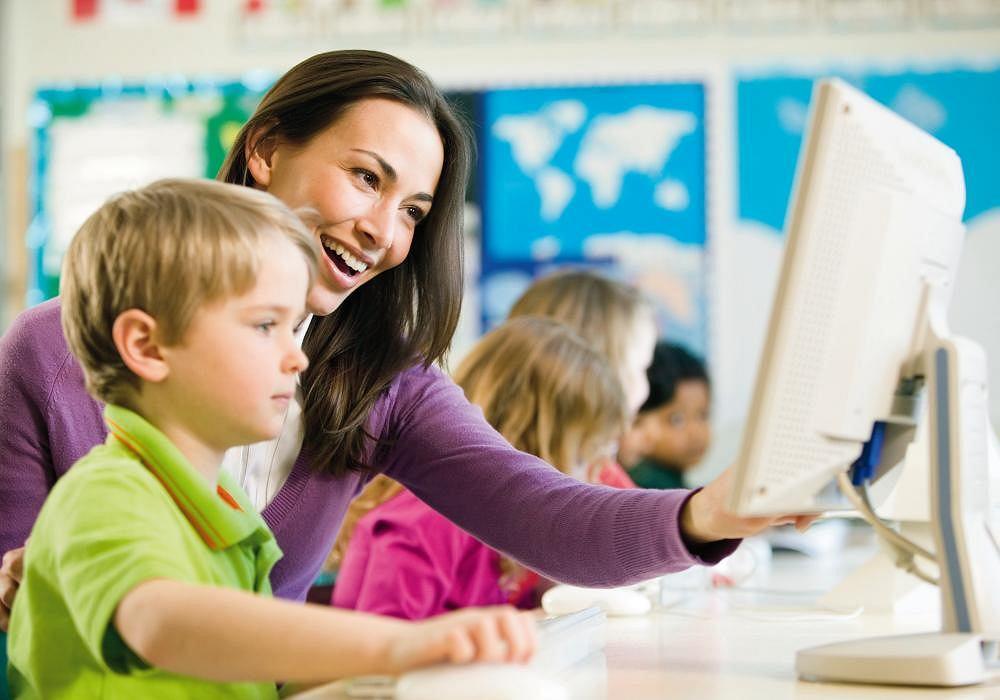 Wrażliwość nauczyciela pomocniczego stanowi istotny element pomocy dyslektycznemu dziecku w łagodnym wprowadzeniu do szkolnego środowiska