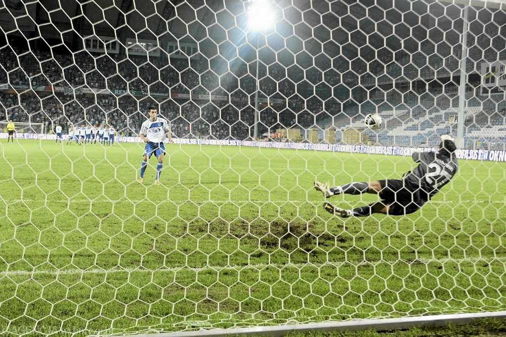 Rzuty karne w meczu Lech Poznań - Inter Baku. Broni Krzysztof Kotorowski