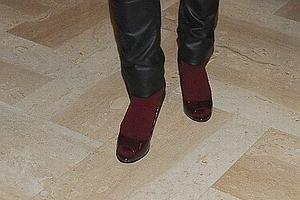 Niedawno skarpetki do sandałów nałożyła Agnieszka Włodarczyk. Modowe inspiracje chyba czerpie z koleżanki Monika Brodka. Piosenkarka pojawiła się na Francophonic Festival w bardzo ciekawym stroju. Ubranie było bardzo asymetryczne. Monika miała warstwowy żakiet, do tego błyszczące spodnie, czerwone skarpety/rajstopy i pantofle.